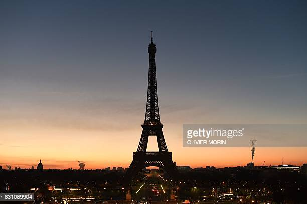 TOPSHOT Paris' Eiffel Tower is photographed at dawn on January 6 2017 / AFP / OLIVIER MORIN