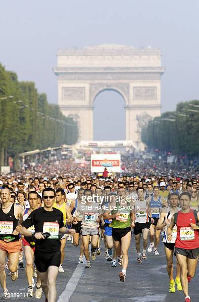 Competitors run down the ChampsElysees as they take part in the 2007 Paris' Marathon 15 April 2007 in Paris At the background the triumph's arc AFP...