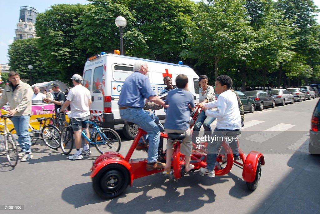 Des personnes circulent a bord d'un 'conference bike' le 02 juin 2007 a Paris dans le cadre de la onzieme fete nationale du velo AFP PHOTO MIGUEL...