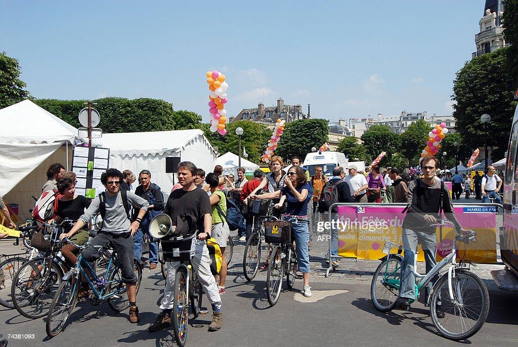 Des personnes s'appretent a circuler a velo pres d'une station 'velib' le programme de stations de cycles en libre service en cours d'installation le...