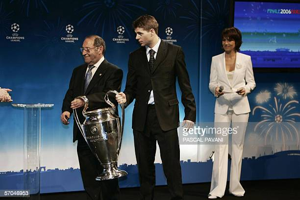 Former Real Madrid player Spanish Francisco Gento and Liverpool's captain Steven Gerrard hlold the Champion's League trophy 10 March 2006 at Paris...