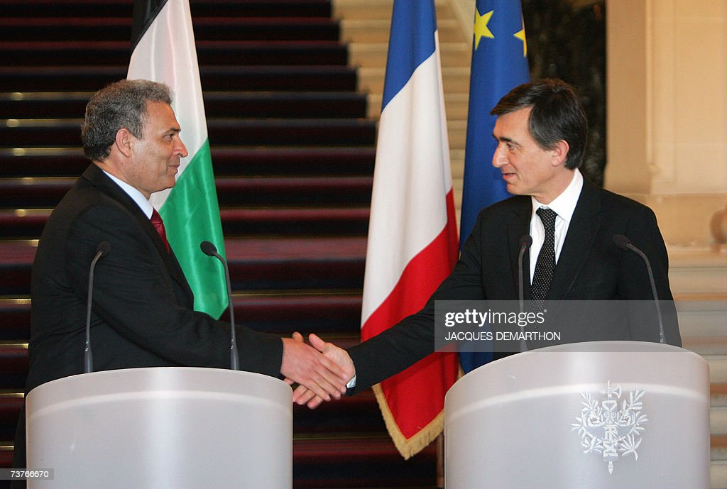 Palestinian foreign minister Ziad Abu Amr (L) shakes hands with French Foreign Minister Philippe Douste-Blazy at the end of a joint press conference after talks, at the Quai d'Orsay in Paris 02 April 2007. Ziad Abu Amr arrived in Paris yesterday on his first visit to a European capital since a unity cabinet was sworn in two weeks ago, brightening prospects for a resumption of aid.