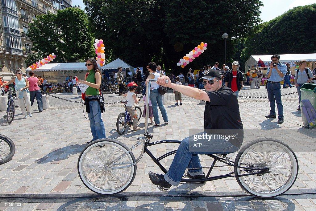 Une personne essaye un velo sur un stand le 02 juin 2007 a Paris dans le cadre de la onzieme fete nationale du velo AFP PHOTO MIGUEL MEDINA