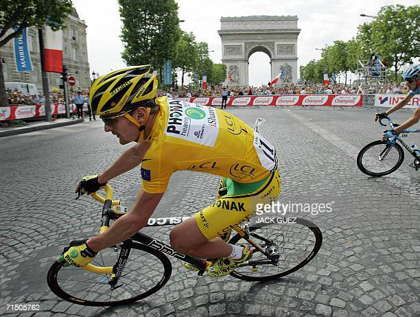Yellow jersey USA's Floyd Landis rides in front of the Arc de Triomphe during the 1545 km twentieth and last stage of the 93rd Tour de France cycling...