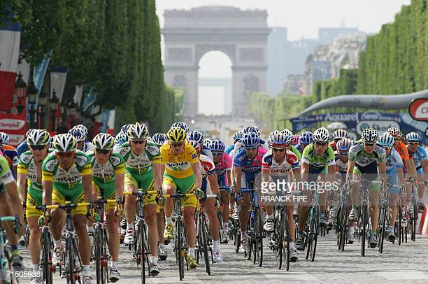 Yellow jersey USA's Floyd Landis rides with the pack down the Champs Elysees during the 1545 km twentieth and last stage of the 93rd Tour de France...