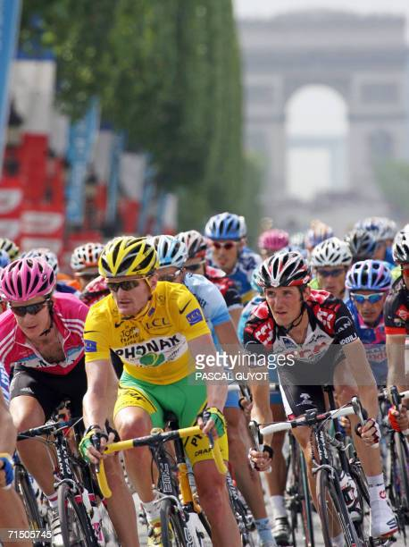 Yellow jersey USA's Floyd Landis rides with the pack in front of the Arc de Triomphe during the 1545 km twentieth and last stage of the 93rd Tour de...