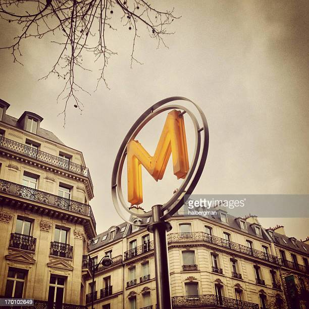 Enseigne de métro parisien (Mobilestock)