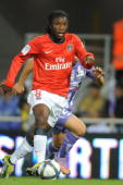 Paris' mildfielder Peguy Luyindula runs with the ball during the French L1 match Toulouse vs Paris on October 16 2010 in Toulouse AFP PHOTO / REMY...