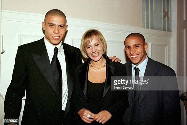 WELTFUSSBALLGALA Paris Roberto CARLOS und seine Frau gratulieren dem Weltfussballer des Jahres 1997 RONALDO