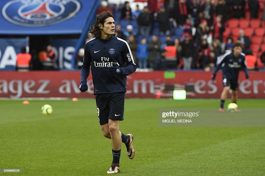Paris Saint Germain's Uruguayan forward Edinson Cavani warms up before the French Ligue 1 football match between Paris Saint Germain (PSG) and Lille (LOSC) at the Parc des Princes stadium in Paris, on February 13, 2016. AFP PHOTO / MIGUEL MEDINA / AFP / MIGUEL MEDINA