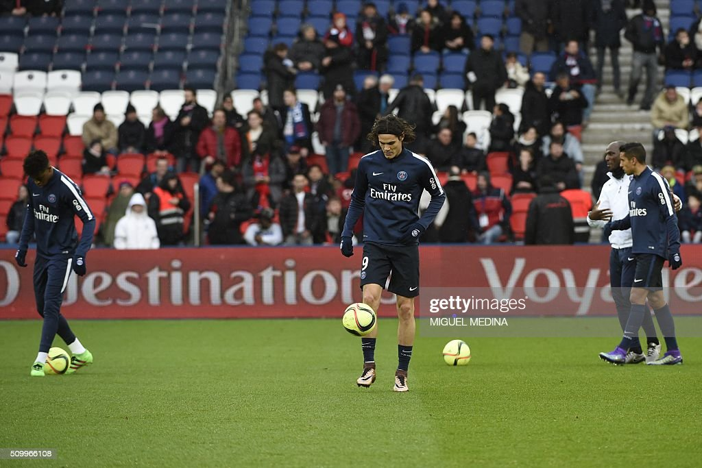 Paris Saint Germain's Uruguayan forward Edinson Cavani (C) warms up before the French Ligue 1 football match between Paris Saint Germain (PSG) and Lille (LOSC) at the Parc des Princes stadium in Paris, on February 13, 2016. AFP PHOTO / MIGUEL MEDINA / AFP / MIGUEL MEDINA