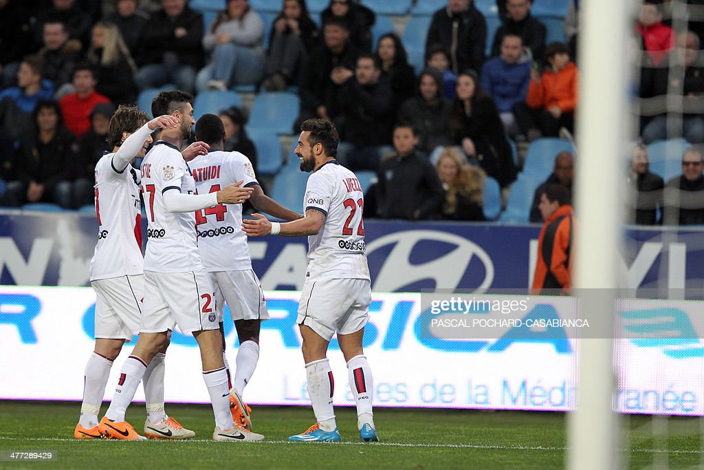 Paris Saint-Germain's Argentine forward Ezequiel Lavezzi (R) is congratulated by teammates after scoring during the French L1 football match between Bastia (SCB) and Paris Saint-Germain (PSG) at the Armand Cesari Stadium in Bastia, Corsica, on March 8, 2014. AFP PHOTO / PASCAL POCHARD-CASABIANCA
