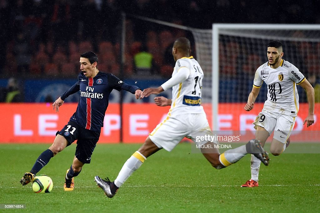 Paris Saint-Germain's Argentinian forward Angel Di Maria (L) runs with the ball during the French L1 football match between Paris Saint-Germain (PSG) and Lille (LOSC) at the Parc des Princes stadium in Paris, on February 13, 2016. AFP PHOTO / MIGUEL MEDINA / AFP / MIGUEL MEDINA
