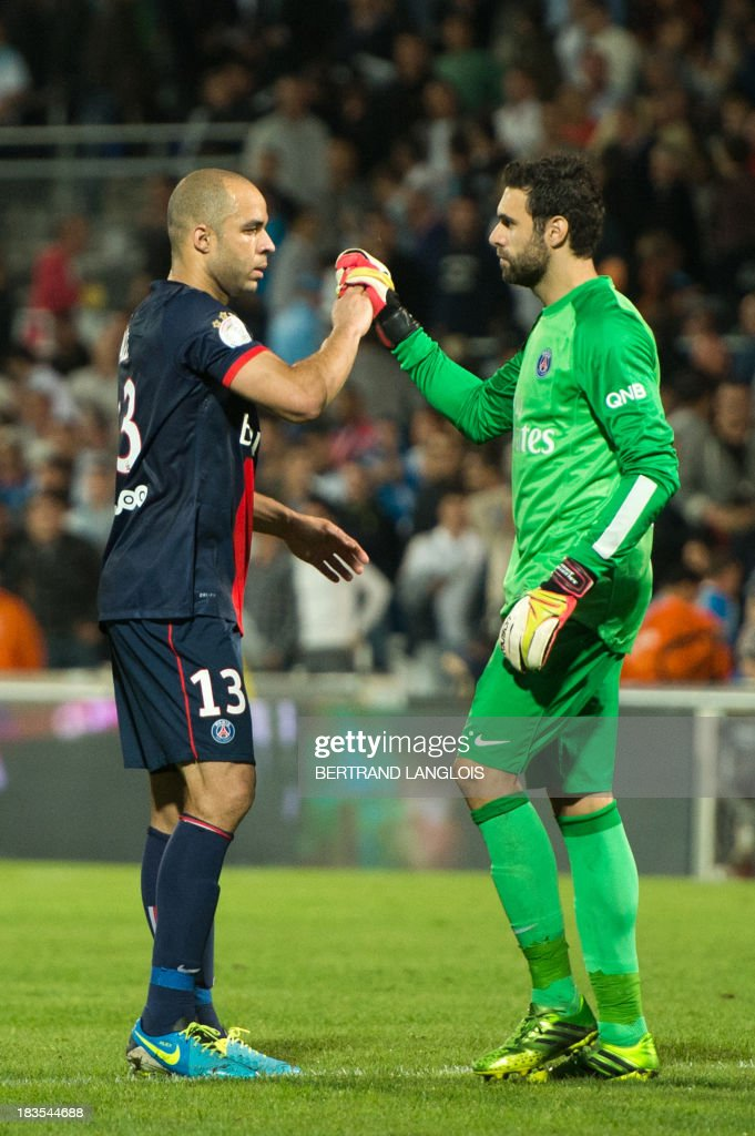 Paris Saint-Germain's Brazilian defender Alex Costa (L) and Paris Saint-Germain's Italian goalkeeper Salvatore Sirigu celebrate at the final whistle of the French L1 football match Olympique de Marseille vs Paris Saint-Germain on October 6, 2013 at the Velodrome stadium in Marseille, southern France. AFP PHOTO / BERTRAND LANGLOIS