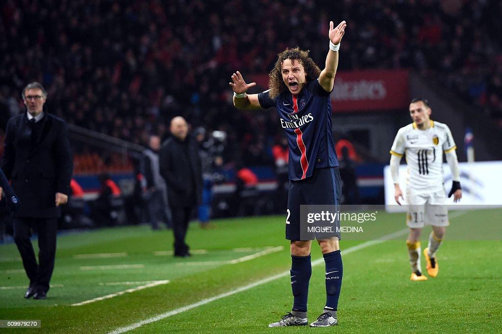 Paris Saint-Germain's Brazilian defender David Luiz (R) gestures during the French L1 football match between Paris Saint-Germain (PSG) and Lille (LOSC) at the Parc des Princes stadium in Paris, on February 13, 2016. AFP PHOTO / MIGUEL MEDINA / AFP / MIGUEL MEDINA
