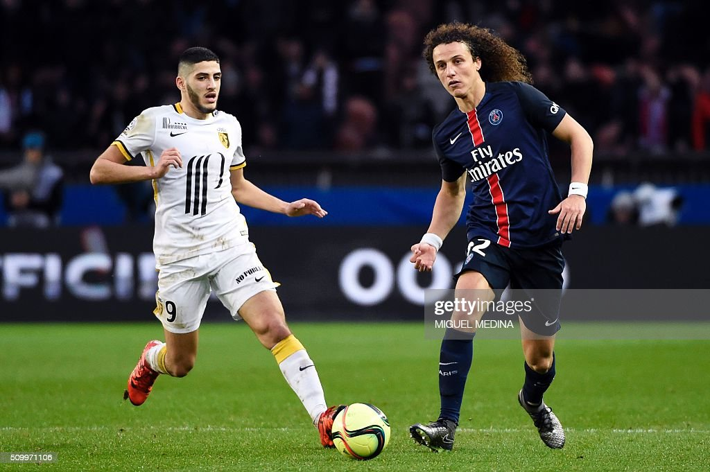 Paris Saint-Germain's Brazilian defender David Luiz (R) vies for the ball with Lille's French forward Yassine Benzia during the French L1 football match between Paris Saint-Germain (PSG) and Lille (LOSC) at the Parc des Princes stadium in Paris, on February 13, 2016. AFP PHOTO / MIGUEL MEDINA / AFP / MIGUEL MEDINA