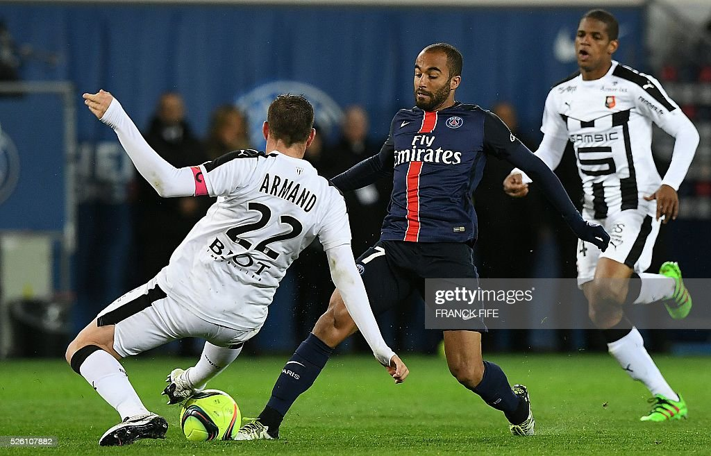 Paris Saint-Germain's Brazilian midfielder Lucas Moura (C) vies with Rennes' French defender Sylvain Armand (L) during the French L1 football match between Paris Saint-Germain and Rennes at the Parc des Princes stadium in Paris on April 30, 2016. / AFP / FRANCK