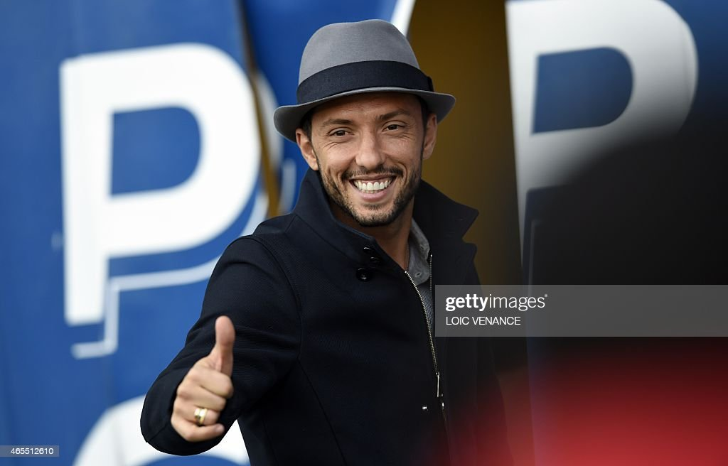 Paris Saint-Germain's former Brazilian midfielder Nene gives a thumb-up as he arrives to attend the French L1 football match between Paris Saint-Germain and Lens at the Parc des Princes stadium in Paris on March 7, 2015. AFP PHOTO / LOIC VENANCE