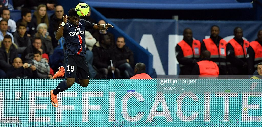 Paris Saint-Germain's French defender Serge Aurier heads the ball during the French L1 football match between Paris Saint-Germain and Rennes at the Parc des Princes stadium in Paris on April 30, 2016. / AFP / FRANCK