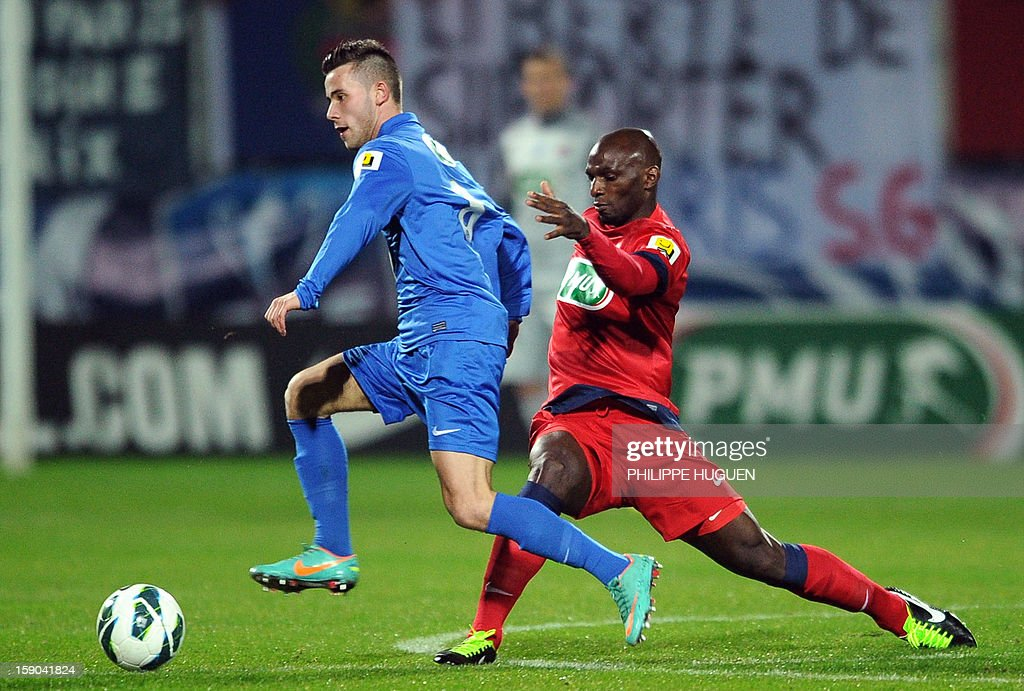 Paris Saint-Germain's French defender Zoumana Camara (R) vies with Arras' midfielder Saint Pol Jonathan during the French cup football match Arras vs Paris Saint-Germain, on January 6, 2013 at the Epopee Stadium in Calais, northern France. AFP PHOTO / PHILIPPE HUGUEN