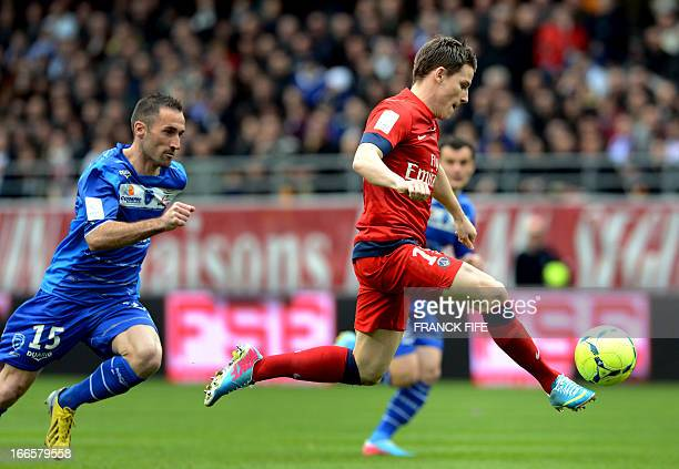 Paris SaintGermain's French forward Kevin Gameiro controls the ball next to Troyes' French defender Florian Jarjat during the French L1 football...