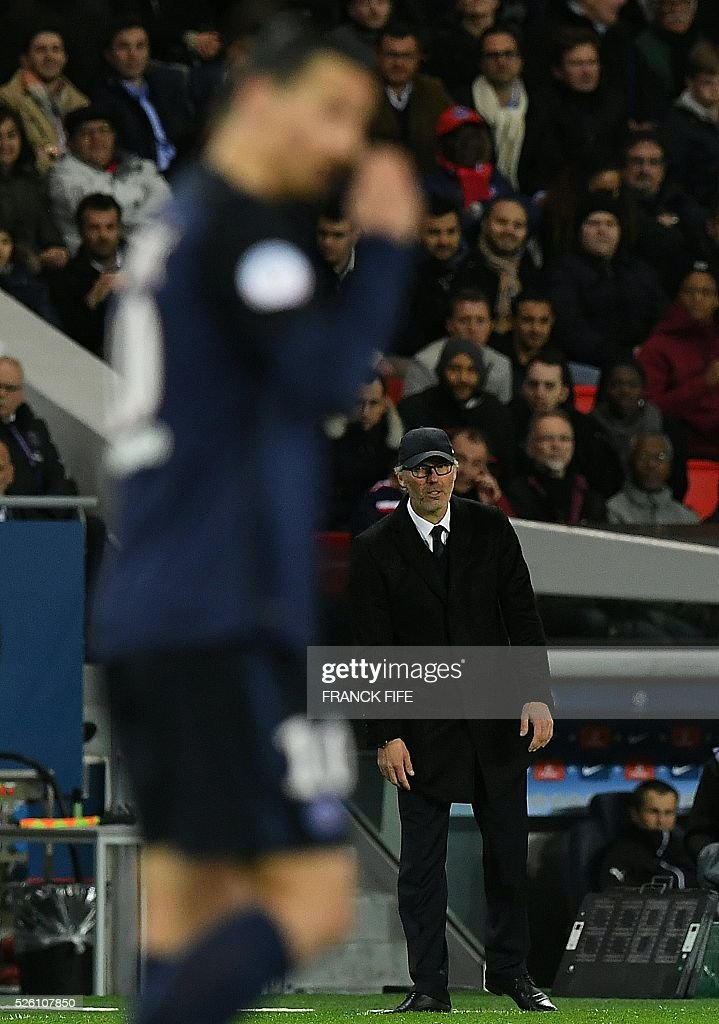Paris Saint-Germain's French head coach Laurent Blanc (R) reacts during the French L1 football match between Paris Saint-Germain and Rennes at the Parc des Princes stadium in Paris on April 30, 2016. / AFP / FRANCK