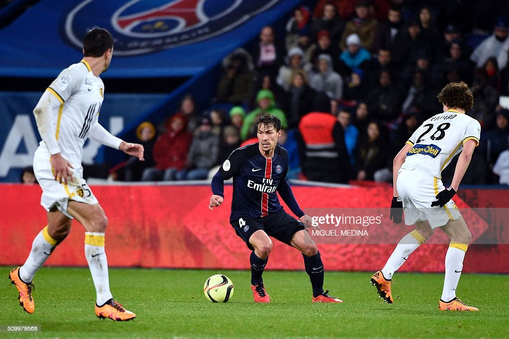 Paris Saint-Germain's French midfielder Benjamin Stambouli (C) controls the ball during the French L1 football match between Paris Saint-Germain (PSG) and Lille (LOSC) at the Parc des Princes stadium in Paris, on February 13, 2016. AFP PHOTO / MIGUEL MEDINA / AFP / MIGUEL MEDINA