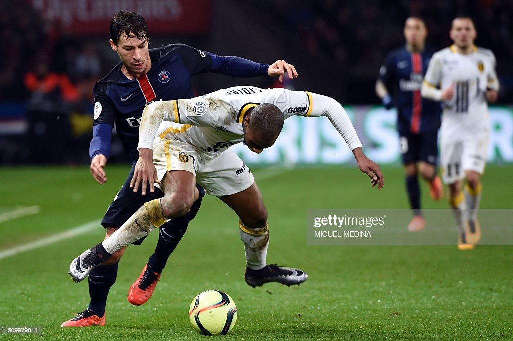 Paris Saint-Germain's French midfielder Benjamin Stambouli (L) vies for the ball with Lille's French defender Djibril Sidibe during the French L1 football match between Paris Saint-Germain (PSG) and Lille (LOSC) at the Parc des Princes stadium in Paris, on February 13, 2016. AFP PHOTO / MIGUEL MEDINA / AFP / MIGUEL MEDINA
