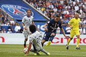 Paris SaintGermain's French midfielder Yohan Cabaye vies for the ball with Bastia's French defender FrançoisJoseph Modesto during the French L1...