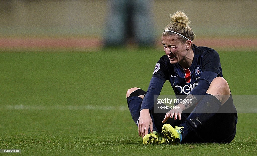 Paris Saint-Germain's German forward Anja Mittag grimaces during the French Women's D1 football match between Paris Saint-Germain (PSG) AND Lyon (OL) at Charlety stadium in Paris on February 5, 2016. / AFP / FRANCK