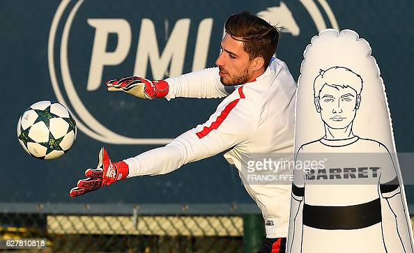 Paris SaintGermain's German goalkeeper Kevin Trapp practices during a training session on December 5 2016 in SaintGermainenLaye western Paris on the...