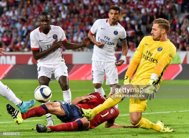 Paris SaintGermain's German goalkeeper Kevin Trapp vies with Lille's Argentinian midfielder Renato Civelli during the German L1 football match...
