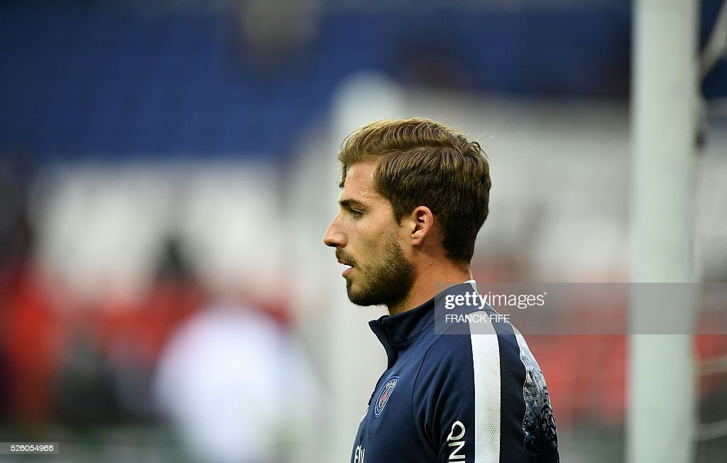 Paris Saint-Germain's German goalkeeper Kevin Trapp warms up with teammates ahead of the French L1 football match between Paris Saint-Germain and Rennes at the Parc des Princes stadium in Paris on April 30, 2016. / AFP / FRANCK