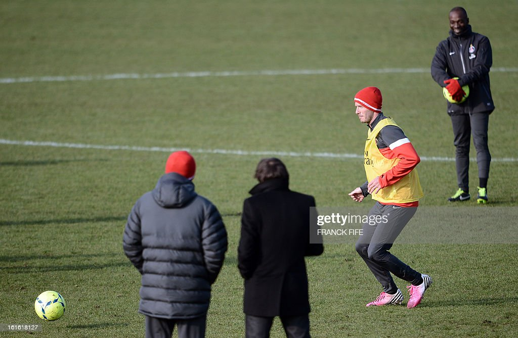 Paris Saint-Germain's Italian coach Carlo Ancelotti (L), Brazilian sport director Leonardo (2nd L) and French assistant coach Claude Makelele (R) watch as British midfielder David Beckham takes part in a training session on February 13, 2013 at the club's Camp des Loges training center in Saint-Germain-en-Laye, near Paris. Beckham, PSG's latest prized signing, is taking part in his first full training session today, with the view to possibly making his debut in February 17's L1 match at Sochaux. AFP PHOTO / FRANCK FIFE