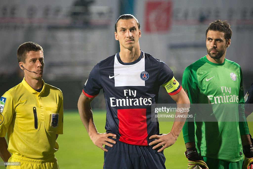 Paris Saint-Germain's Italian goalkeeper Salvatore Sirigu (R) looks at Paris Saint-Germain's Swedish forward <a gi-track='captionPersonalityLinkClicked' href=/galleries/search?phrase=Zlatan+Ibrahimovic&family=editorial&specificpeople=206139 ng-click='$event.stopPropagation()'>Zlatan Ibrahimovic</a> (C) prior to the French L1 football match Olympique de Marseille vs Paris Saint-Germain on October 6, 2013 at the Velodrome stadium in Marseille, southern France. AFP PHOTO / BERTRAND LANGLOIS