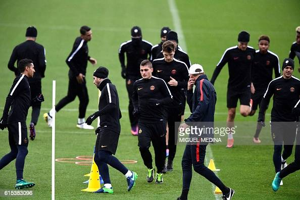 Paris SaintGermain's italian midfielder Marco Verratti and teammates run during a training session at the Ooredoo PSG training center on October 18...