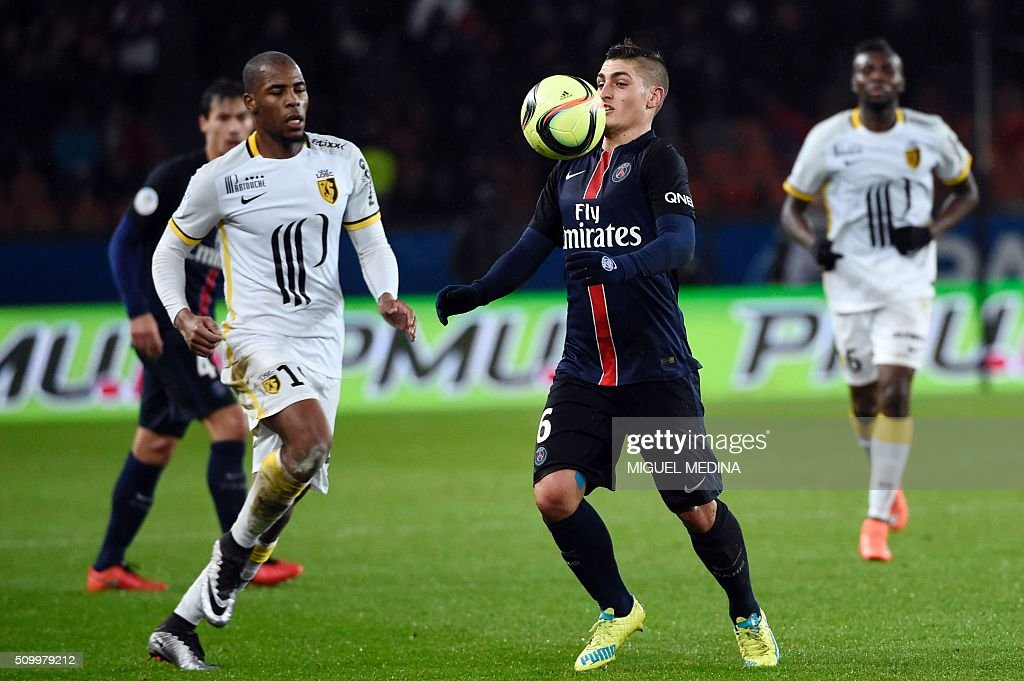 Paris Saint-Germain's Italian midfielder Marco Verratti (R) controls the ball next to Lille's French defender Djibril Sidibe (L) during the French L1 football match between Paris Saint-Germain (PSG) and Lille (LOSC) at the Parc des Princes stadium in Paris, on February 13, 2016. AFP PHOTO / MIGUEL MEDINA / AFP / MIGUEL MEDINA