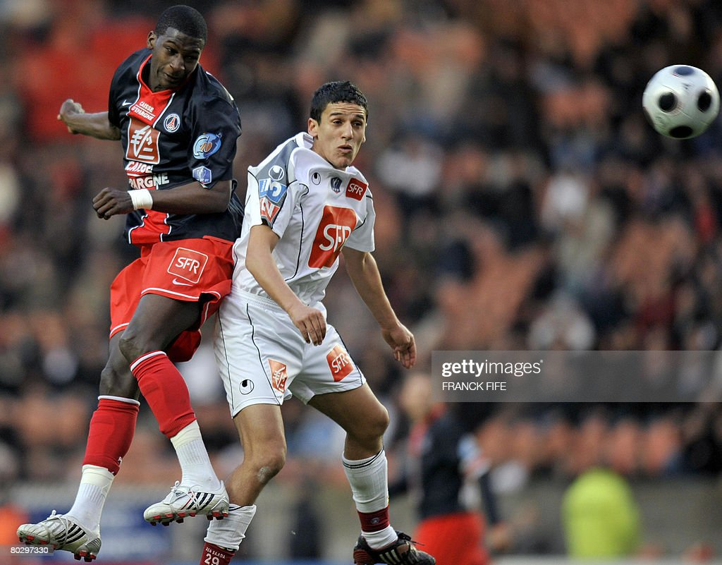 Paris Saint-Germain's midfielder Younousse Sankhare (L) vies with Bastia's defender Fethi Harek during the French Cup football match Paris vs. Bastia, on March 18, 2008 at the Parc des Princes stadium in Paris.