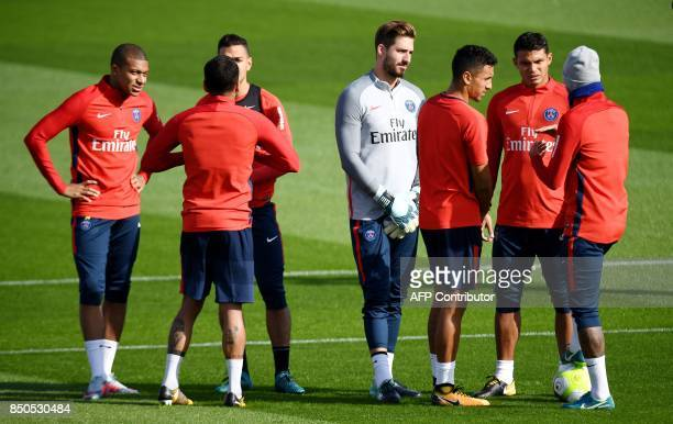 Paris SaintGermain's players talks during a training session at the club's training center in SaintGermainenLaye on September 21 2017 / AFP PHOTO /...