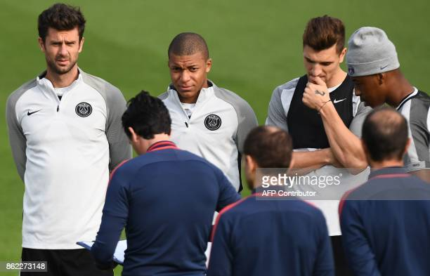Paris SaintGermain's Spanish headcoach Unai Emery speaks to his players PSG's Italian midfielder Thiago Motta and PSG's French forward Kylian Mbappe...