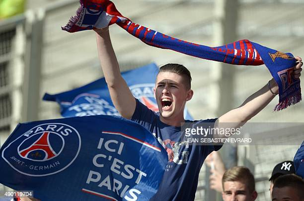 Paris SaintGermain's supporters greet their team before the French L1 football match between Nantes and Paris SaintGermain on September 26 2015 at...