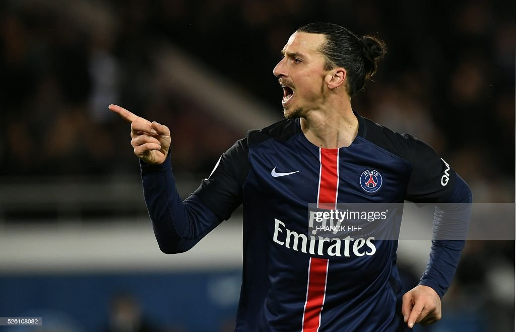 Paris Saint-Germain's Swedish forward Zlatan Ibrahimovic (R) celebrates after scoring a goal during the French L1 football match between Paris Saint-Germain and Rennes at the Parc des Princes stadium in Paris on April 30, 2016. / AFP / FRANCK