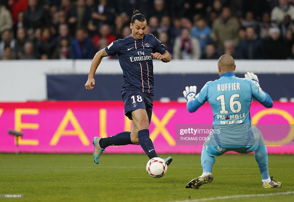 Paris Saint-Germain's Swedish forward Zlatan Ibrahimovic (L) challenges Saint-Etienne's French goalkeeper Stephane Ruffier during a French L1 football match Paris Saint-Germain (PSG) vs Saint Etienne (ASSE) on November 3, 2012 at the Parc des Princes stadium, in Paris.