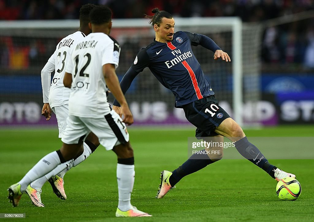 Paris Saint-Germain's Swedish forward Zlatan Ibrahimovic (R) controls the ball during the French L1 football match between Paris Saint-Germain and Rennes at the Parc des Princes stadium in Paris on April 30, 2016. / AFP / FRANCK