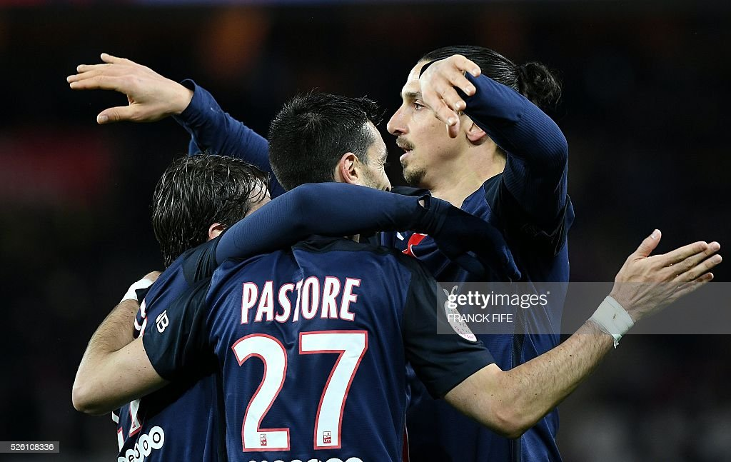 Paris Saint-Germain's Swedish forward Zlatan Ibrahimovic is congratulated by teammates after scoring a goal during the French L1 football match between Paris Saint-Germain and Rennes at the Parc des Princes stadium in Paris on April 30, 2016. / AFP / FRANCK