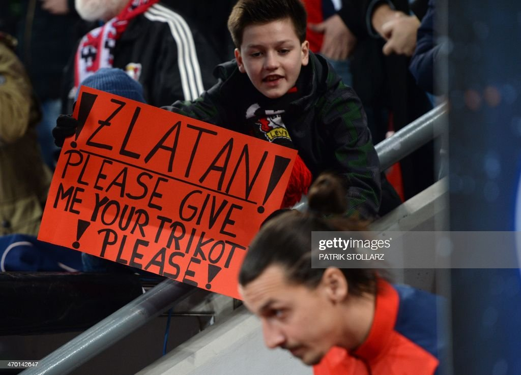 Paris Saint-Germain's Swedish forward Zlatan Ibrahimovic passes by a banner prior to the first-leg round of 16 UEFA Champions League football match Bayer 04 Leverkusen vs Paris Saint-Germain (PSG) in Leverkusen, western Germany on February 18, 2014. AFP PHOTO / PATRIK STOLLARZ