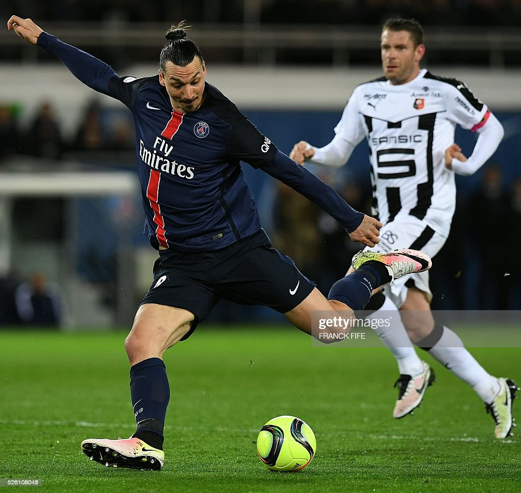 Paris Saint-Germain's Swedish forward Zlatan Ibrahimovic (L) scores a goal during the French L1 football match between Paris Saint-Germain and Rennes at the Parc des Princes stadium in Paris on April 30, 2016. / AFP / FRANCK