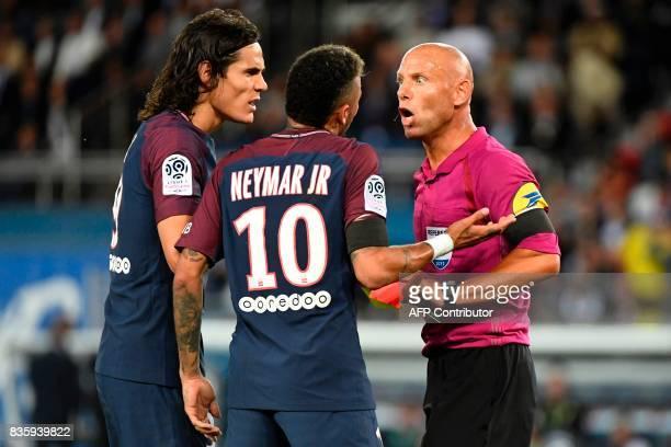 TOPSHOT Paris SaintGermain's Uruguayan forward Edinson Cavani and Paris SaintGermain's Brazilian forward Neymar talk to French referee Amaury Delerue...