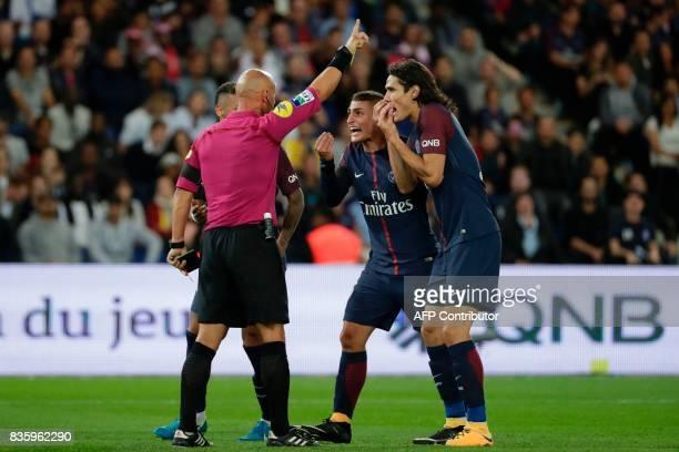 Paris SaintGermain's Uruguayan forward Edinson Cavani and Paris SaintGermain's Italian midfielder Marco Verratti talk to French referee Amaury...