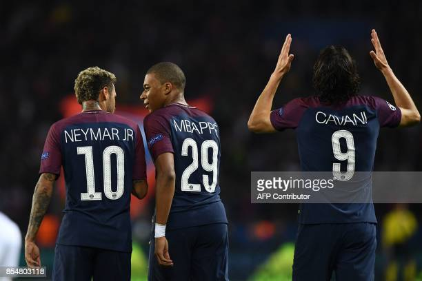 TOPSHOT Paris SaintGermain's Uruguayan forward Edinson Cavani celebrates after scoring a goal next to team mates Paris SaintGermain's Brazilian...